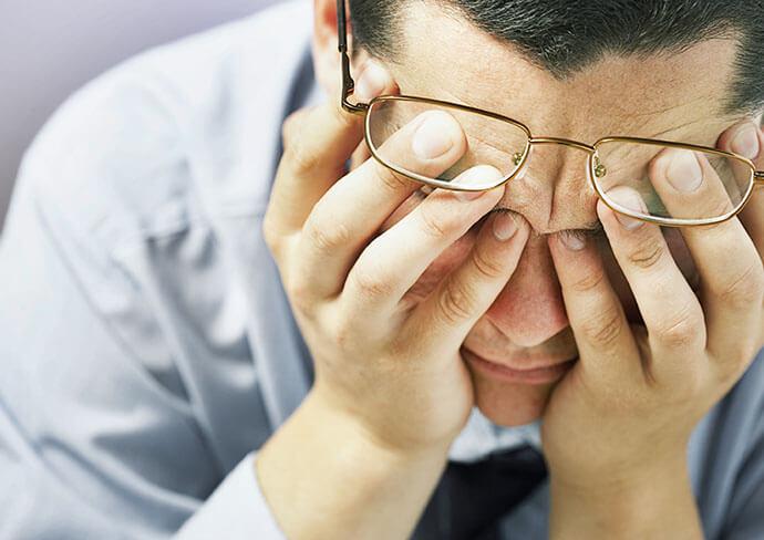 頭痛に苦しんでいる男性