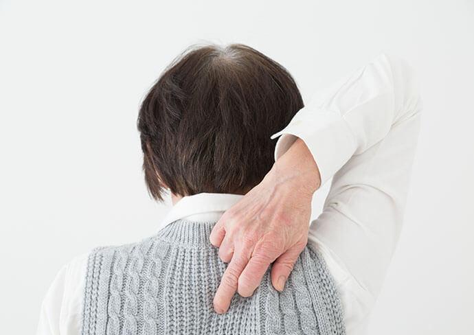 背中を触っている女性